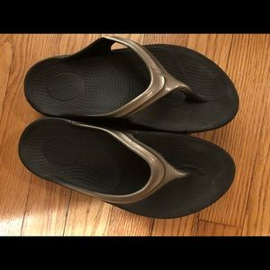 Shoes - Oofo's sandals size 7